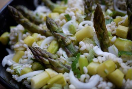 Sałatka z zielonych szparagów z kaszą jęczmienną