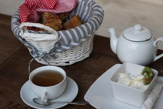 Zestaw śniadaniowy (słodki serek, pieczywo, 3 konfitury, miód, masło orzechwe, krem czekoladowo-orzechowy + herbata/kawa) w Lenivcu