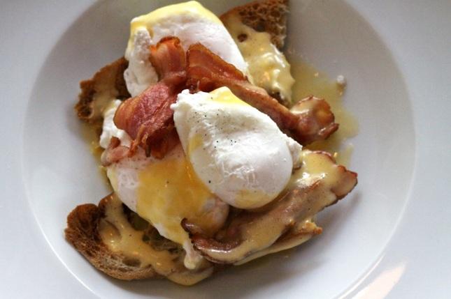 Jajka po benedyktyńsku w 12 Stolikach