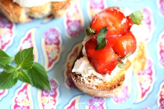Bruschetta z truskawkami balsamico i kozim serem