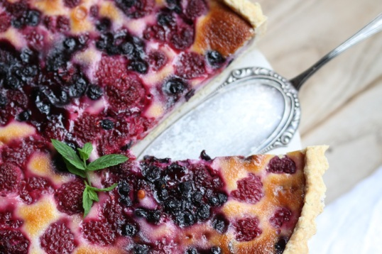 Tarta z malinami i jagodami