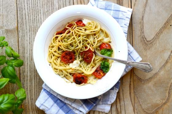 Spaghetti z mozzarellą i pieczonymi pomidorkami