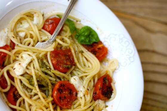 Spaghetti with pesto, roasted cherry tomatoes and mozzarella
