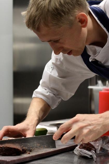 Robert Trzópek w swojej kuchni