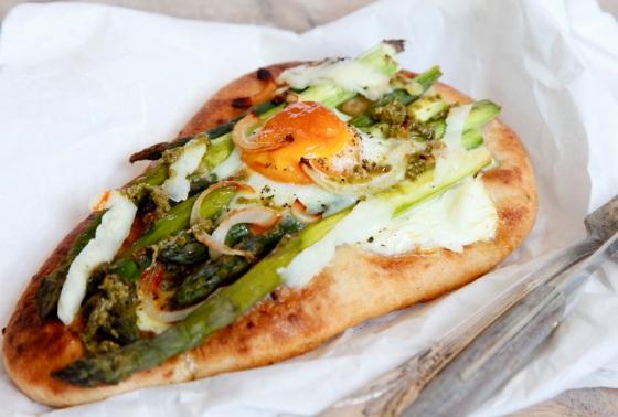 Pizza ze szparagami, jajkiem i pesto