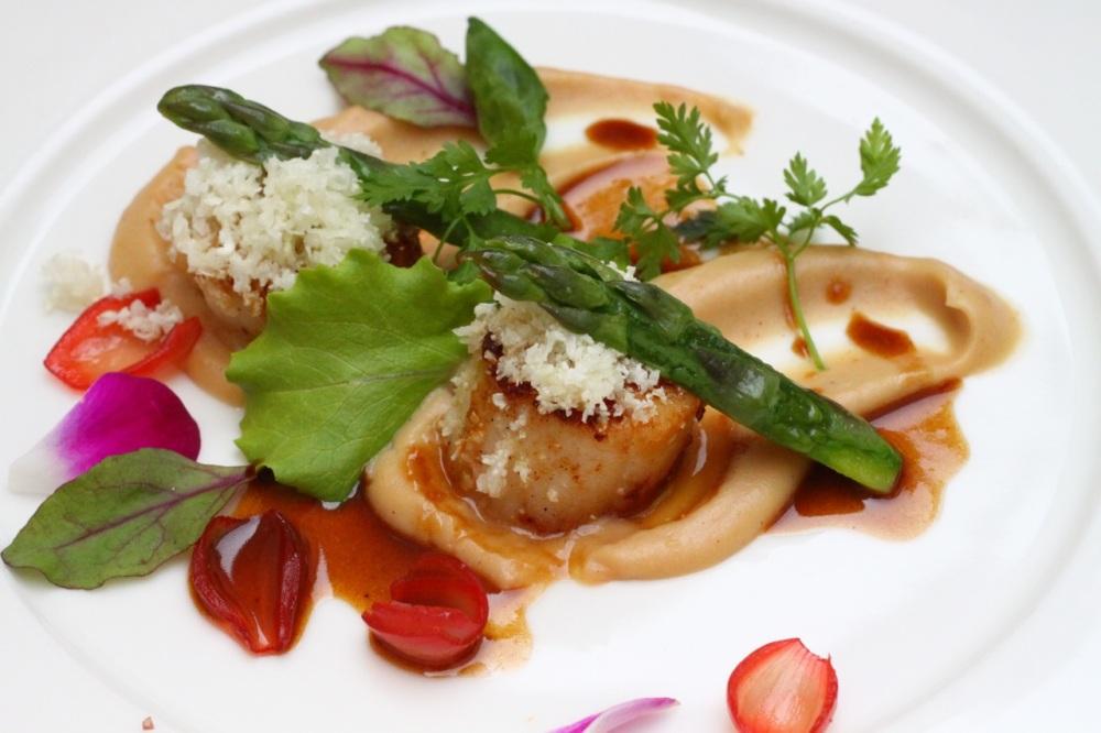 Potrawka z małży Św. Jakuba z kalafiorem i szparagami,  marynowaną dymką z wanilią i hibiskusem