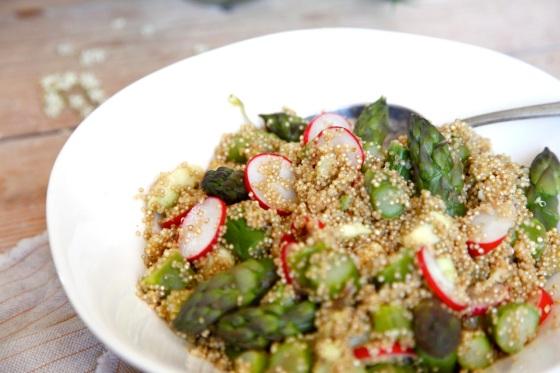 Sałatka z quinoą, zielonymi szparagami i awokado