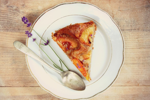 Ciasto orzechowe z morelami i lawendą