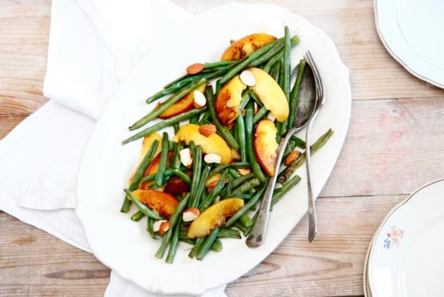 Grillowana fasolka szparagowa z brzoskwiniami i migdałami
