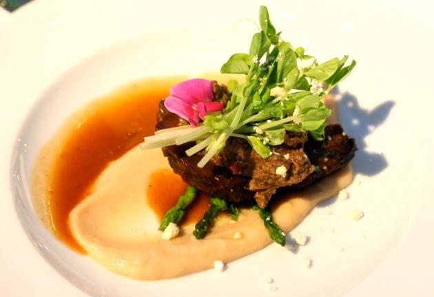 Wołowina z hummusem i konfiturą bakłażanową