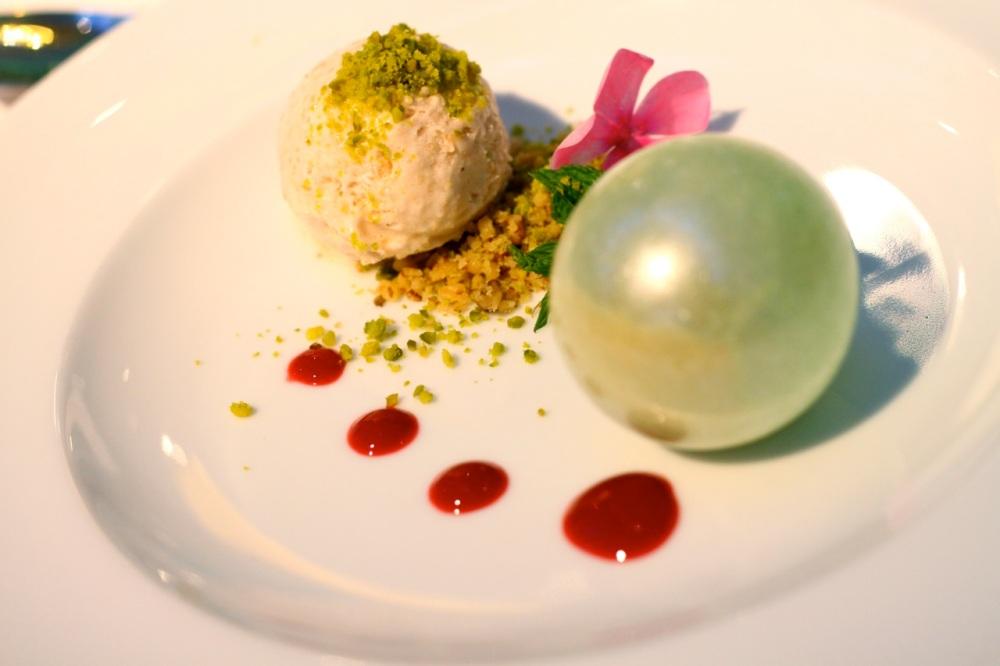 Deser - sorbet jabłkowy, pistacje i lody sezamowe