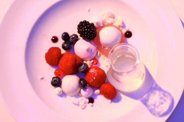 Bezy, jagody, kordiał z kwiatów czarnego bzu