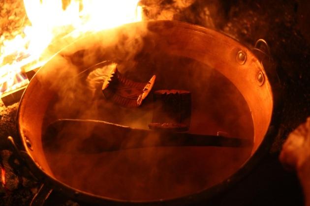 Kąpiel w ciepłej wodzie pomaga usunąć serwatkę z oscypków.