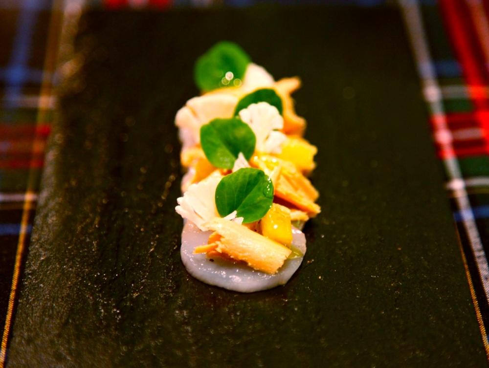 Carpaccio z przegrzebków z foie gras i oliwą wędzoną