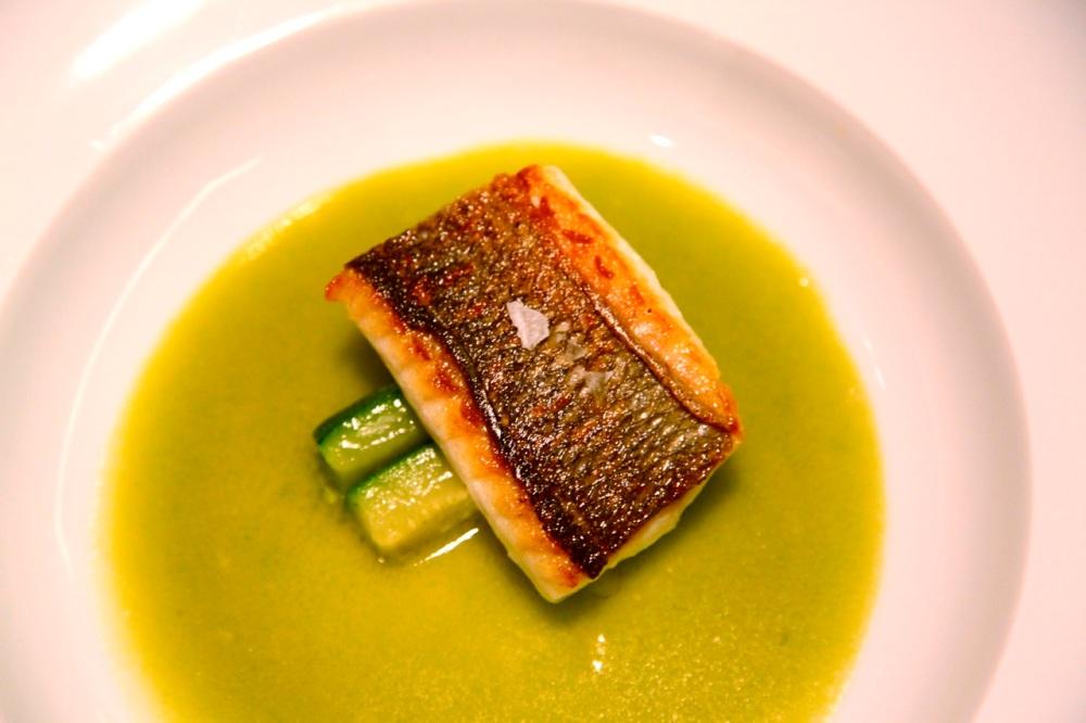 Dorsz z baskijskim zielonym sosem i cukinią