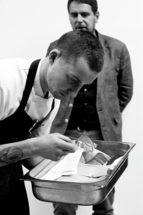 Wojciech Modest Amaro wraz z kucharzem z Atelier, podczas warsztatów towarzyszących wykładowi