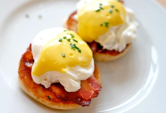 Jajka po benedyktyńsku na muffinacha