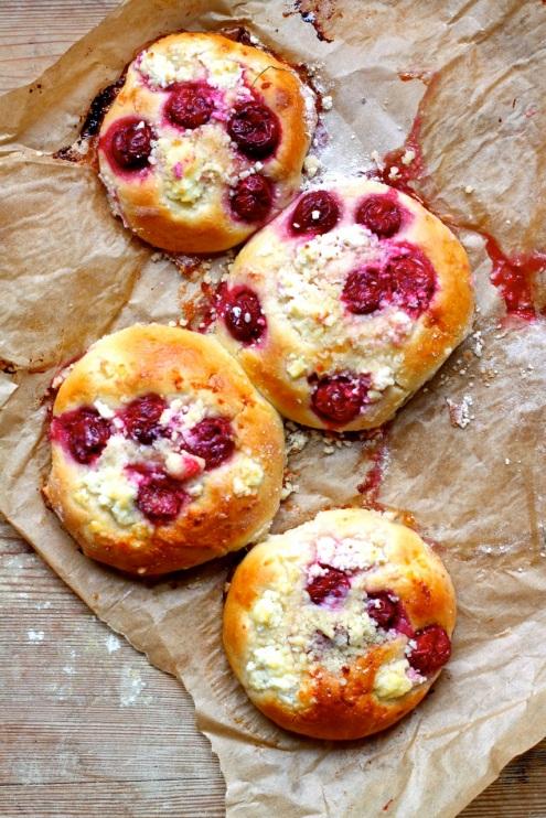 Drożdżówki z wiśniami i serem