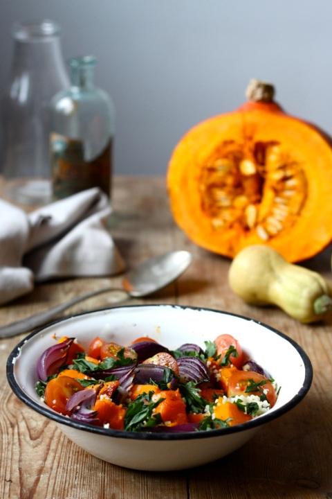 Kuskus z pieczoną dynią, karmelizowaną cebulą, pomidorkami i piniami