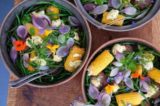 Frikadelle z wołowiny z fasolką szparagową, kukurydzą i ziołowym masłem