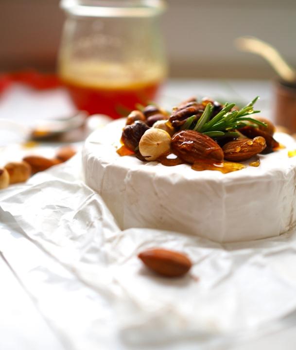 camembert zapiekany z orzechami