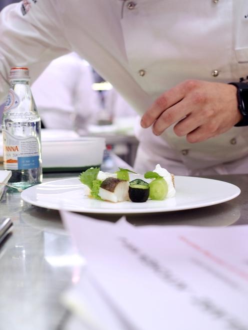 Marcin Popielarz podczas przygotowania konkursowego dania