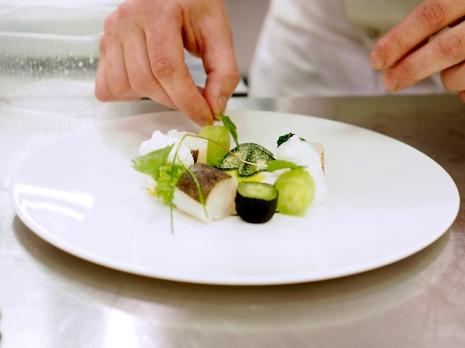 Marcin Popielarz przygotował lekko wędzonego halibuta z mizerią, palonymi i kisoznymi ogórkami
