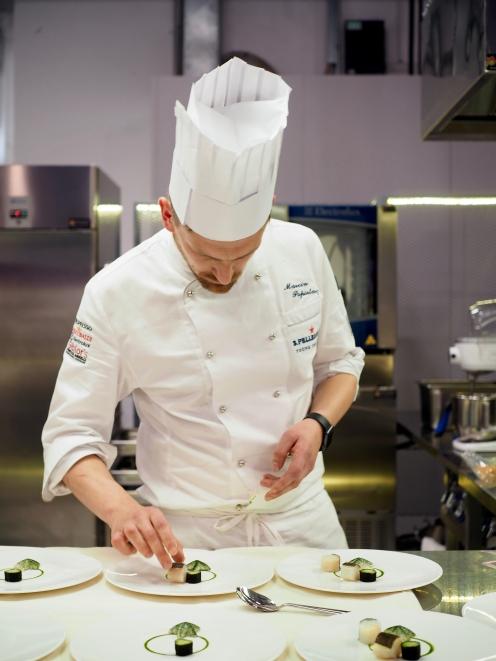 Marcin Popielarz z Białego Królika, podczas przygotowania konkursowego dania