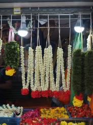 Stragany z kwiatami do świątyń w Little India