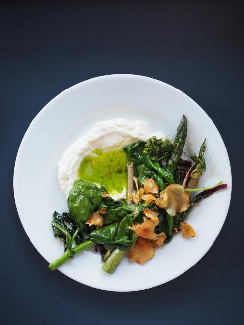 Szparagi i botiwna z domową ricottą
