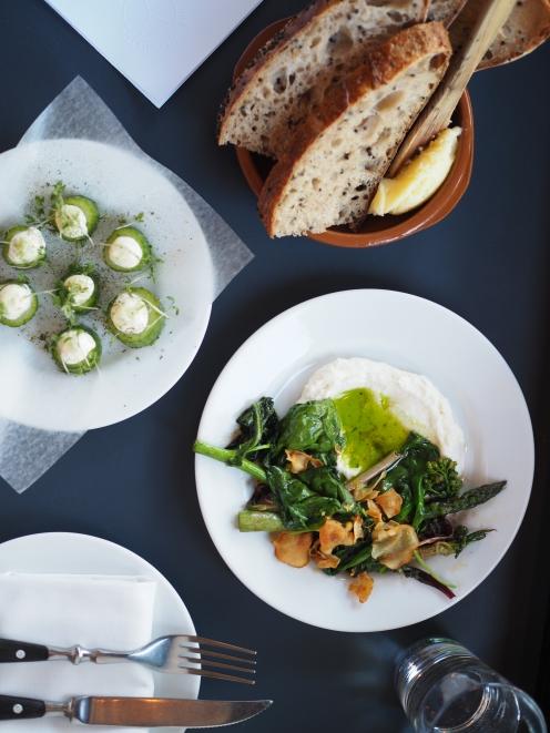 Lekko solone sgórki z crème fraîche i miodem, domowy cheb z solonm masłem, szparagi i botiwna z domową ricottą